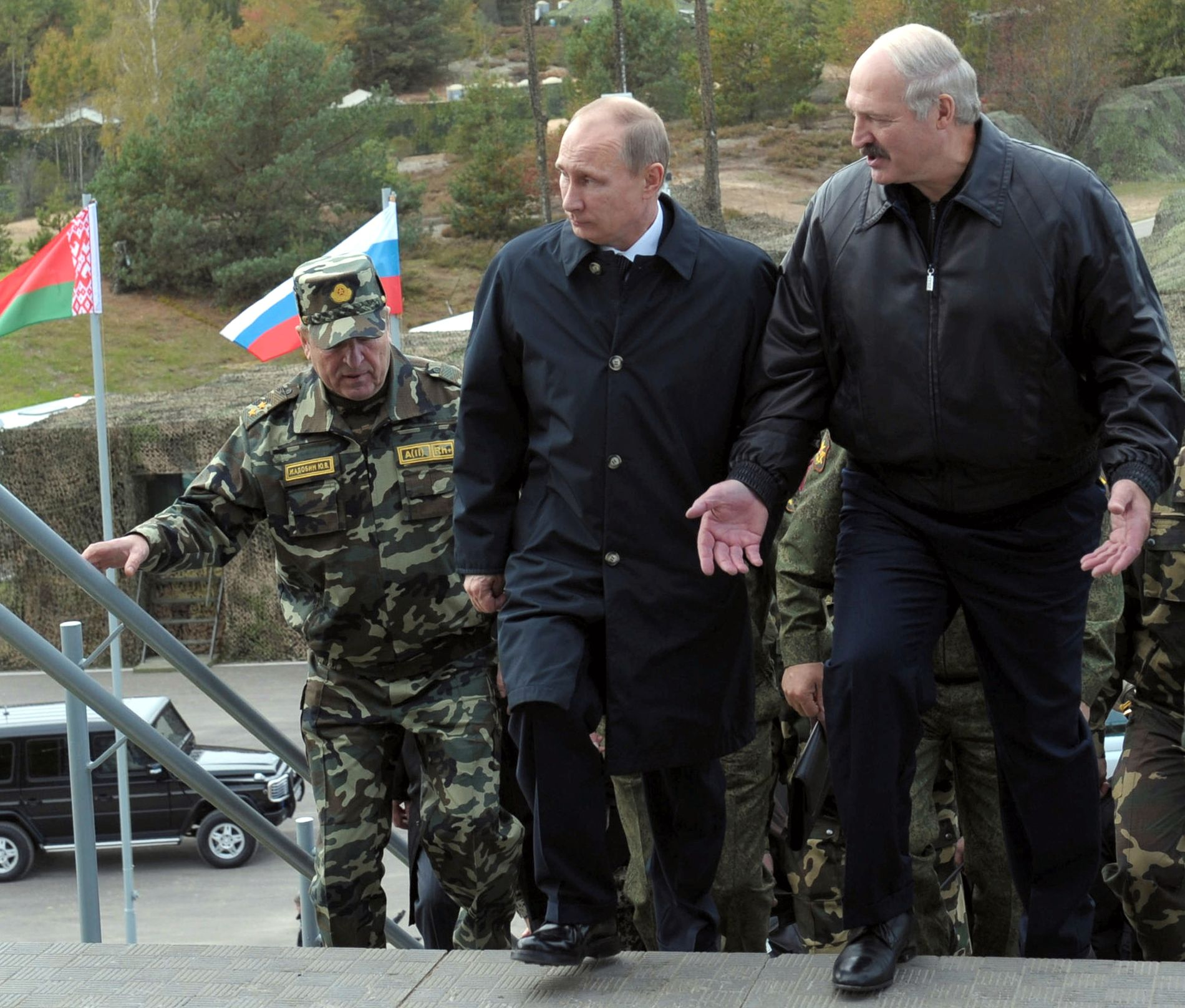 SJEFEN SELV: Russlands president Vladimir Putin (t.v.) og den hviterussiske presidenten Alexander Lukashenko på vei til avslutningsseremonien for Zapad 2013.
