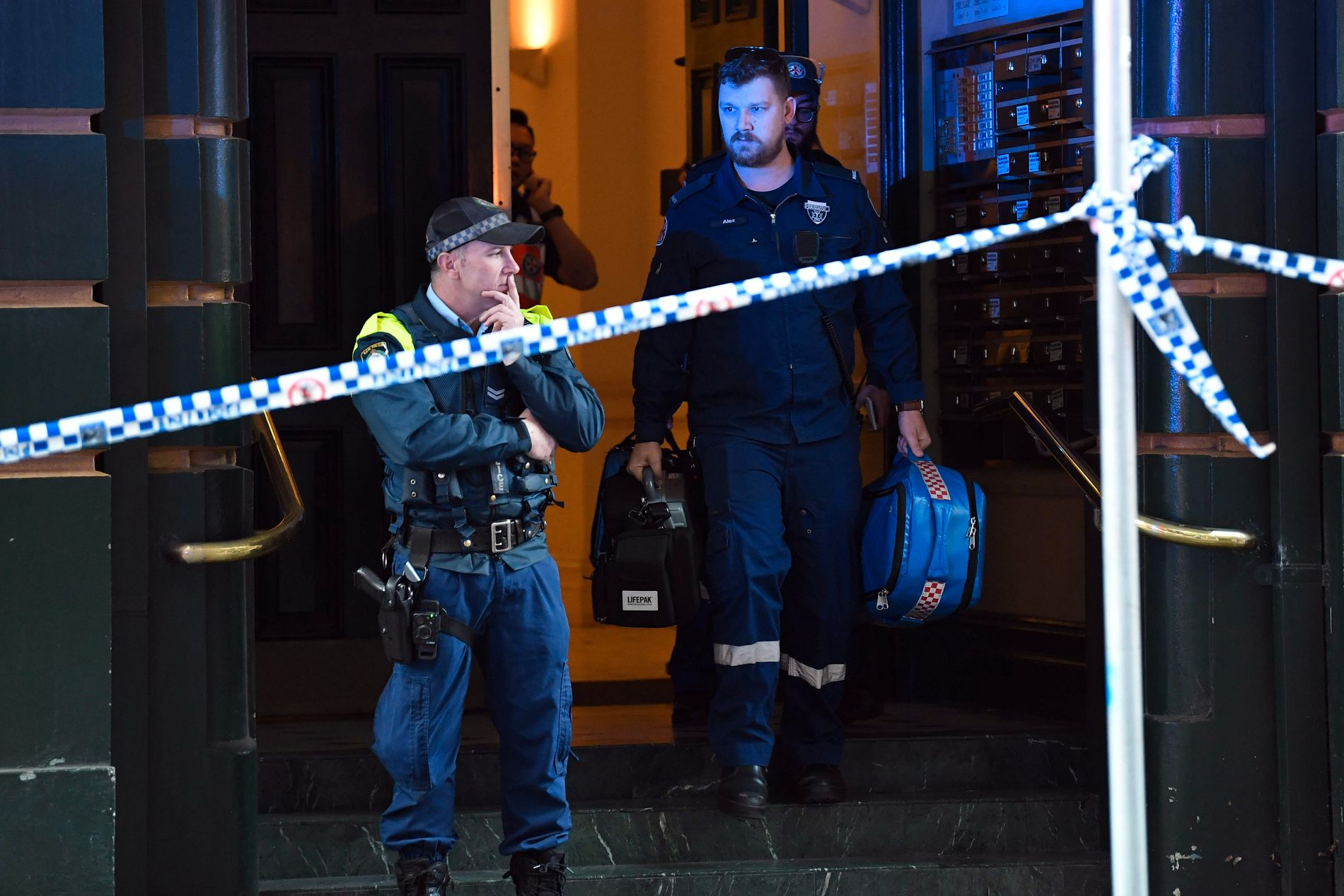 FANT KVINNE: Politiet etterforsker funnet av en knivstukket kvinne i Sydney tirsdag. Politiet tror hun er drept av knivmannen som ble pågrepet litt tidligere.