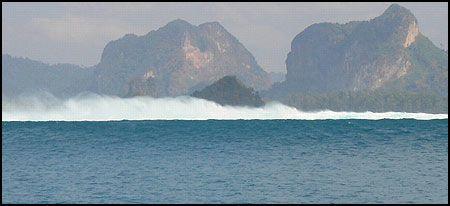 DYR BØLGE: Denne bølgen kan føre til sviktende turistinntekter på flere milliarder kroner, ifølge thailandske myndigheter. Bildet er tatt like ved Krabi i Thailand. Foto: Eirik Kaaby