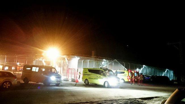 BRÅK: Flere ambulanser og politipatruljer rykket ut til Trandum om kvelden 15. mars. 66 personer ble pågrepet etter opptøyene.
