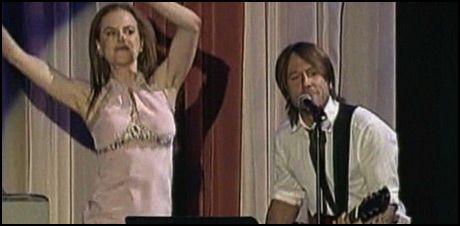 LØSSLUPPEN: En oppspilt Nicole Kidman og Keith Urban på scenen. Foto: Reuters