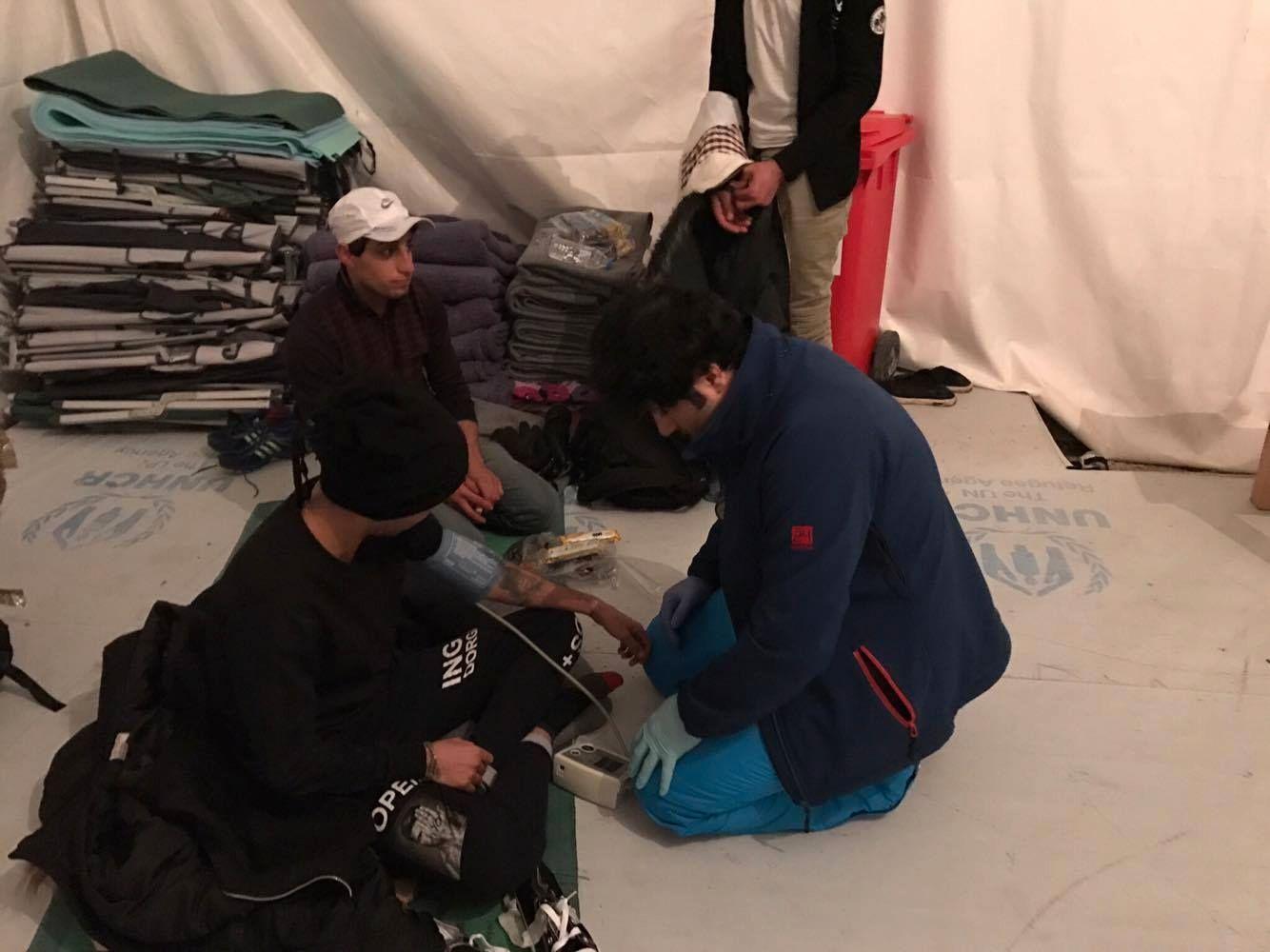 UTFORDRENDE: Ali Watti forteller at det er utfordrende å behandle alle som kommer inn med bare et lite utvalg førstehjelpsutstyr.