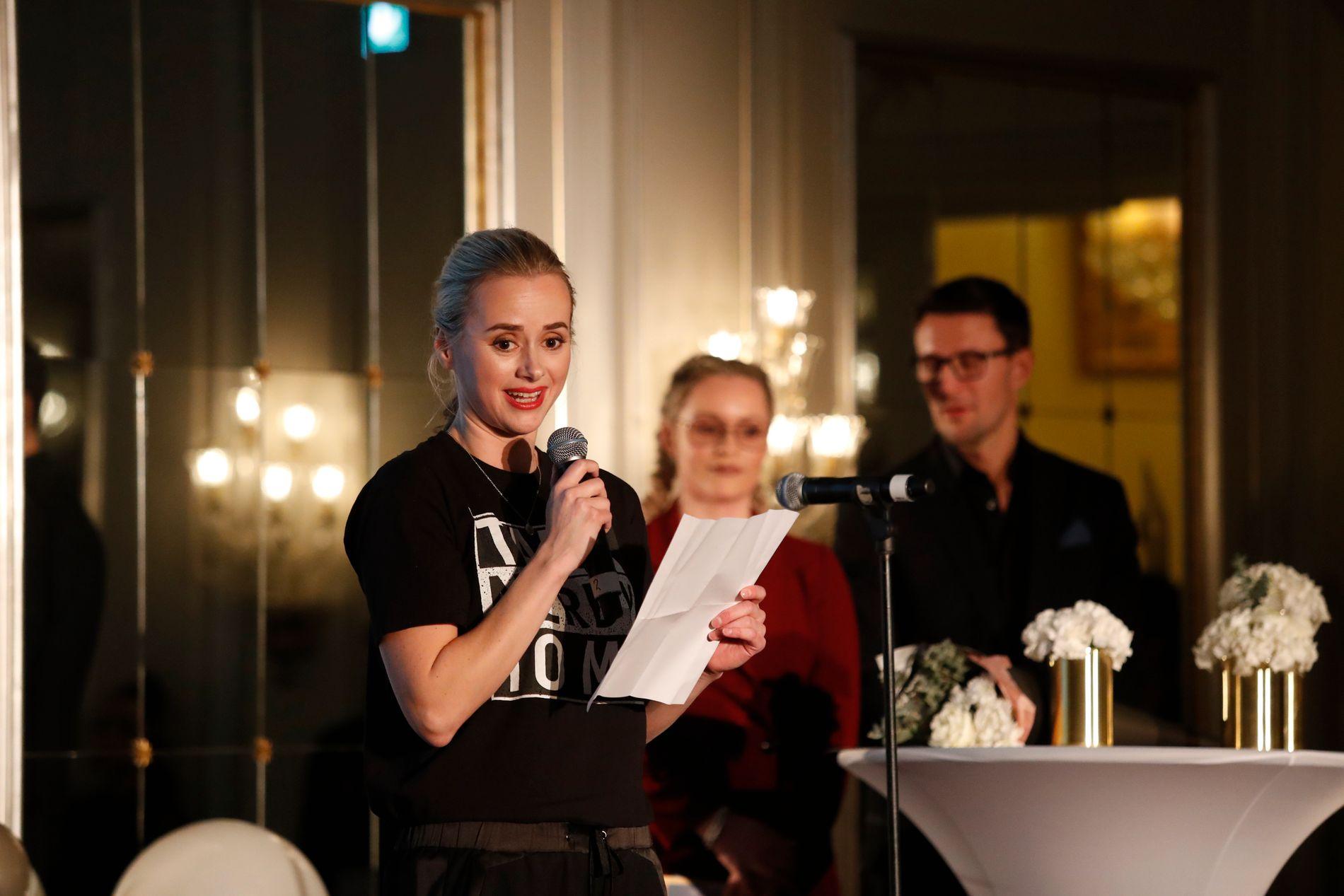 Helsesista fikk verdiprisen Årets Ladejarl tirsdag formiddag. Her er hun fotografert da hun fikk prisen årets sterke mening under Vixen Influencer Awards 2017 på Grand hotell. Foto: Terje Bendiksby / NTB scanpix