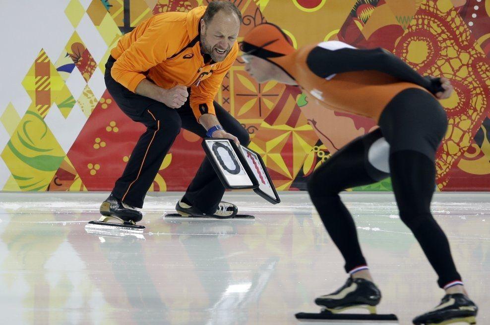 I TENKEBOKSEN: Gerard Kemkers trente Sven Kramer (27) så sent som i Sotsji-OL - her da skøytekongen tok sølv på 5000 meter - og teller nå på knappene med hensyn til å si ja til tilbudet om å bli ny norsk skøytesjef. Foto: AP