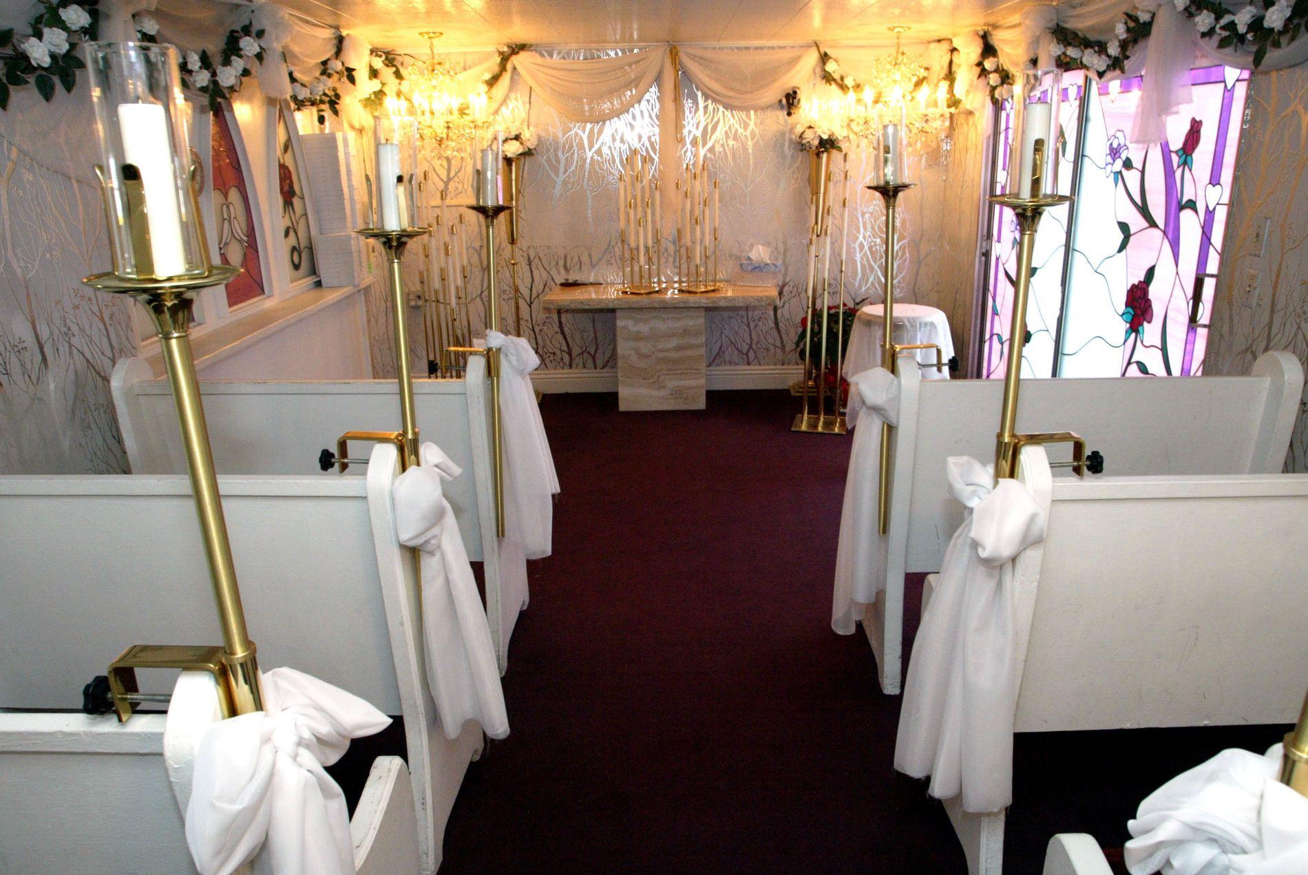 PÅ INNSIDEN: Et av kapellene hos A little white wedding chapel som nå er til salgs.