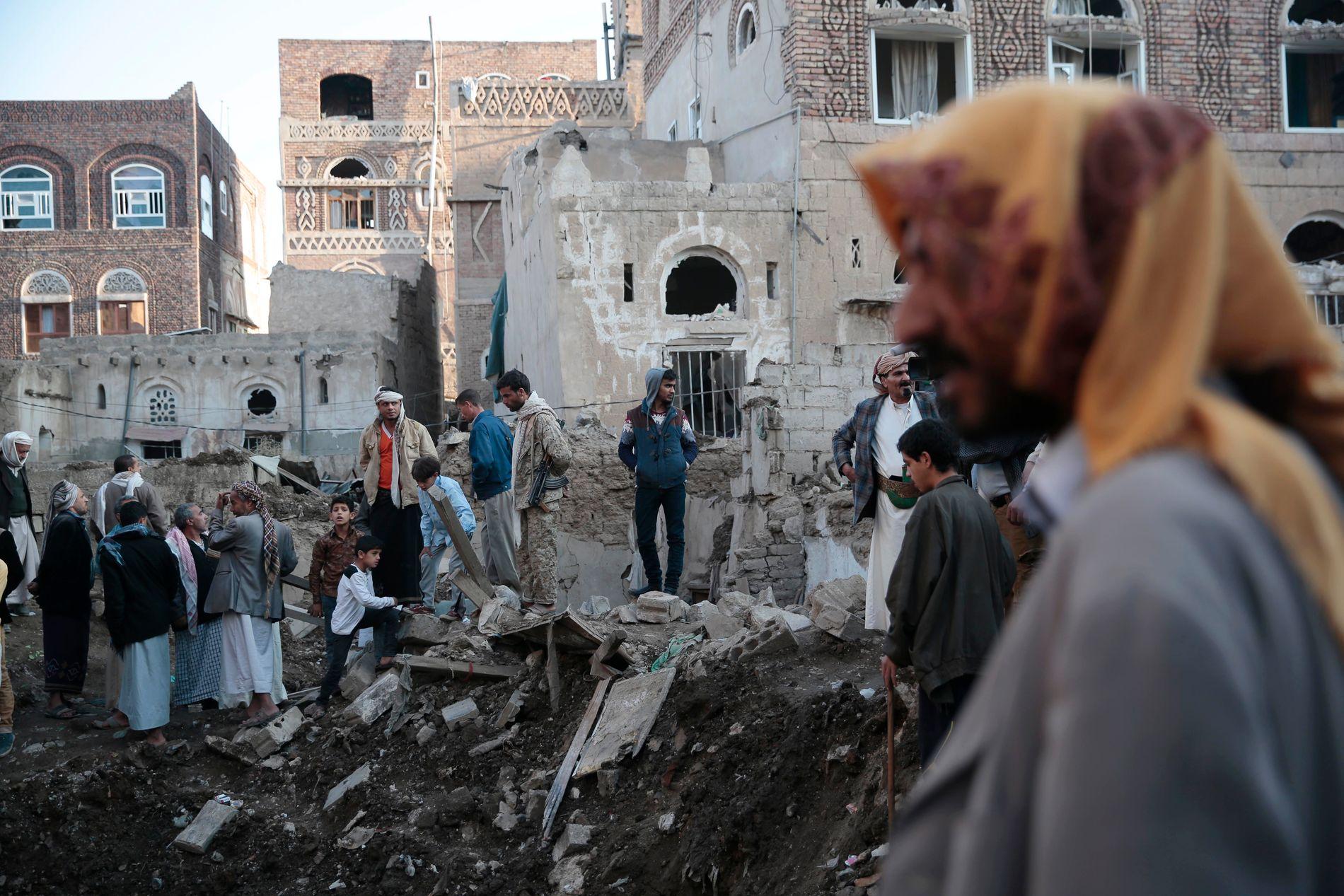 I RUINER: Mennesker samles i ruinene av et nytt bombeangrep i Jemens hovedstad Sana 11. november.