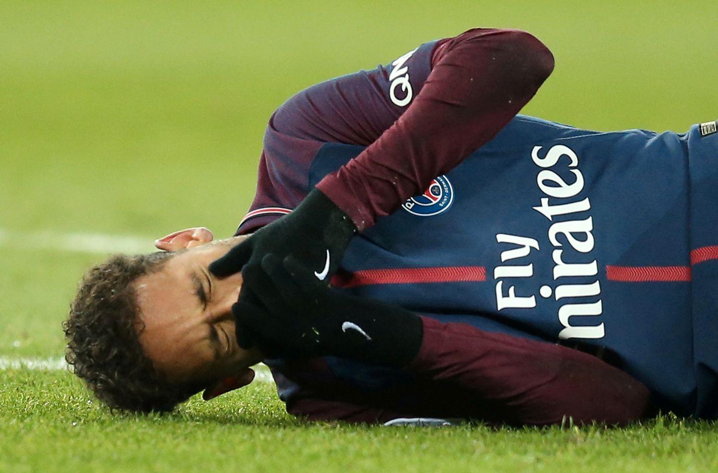 SKADET: Neymar skadet seg i foten under søndagens kamp mot Marseille.