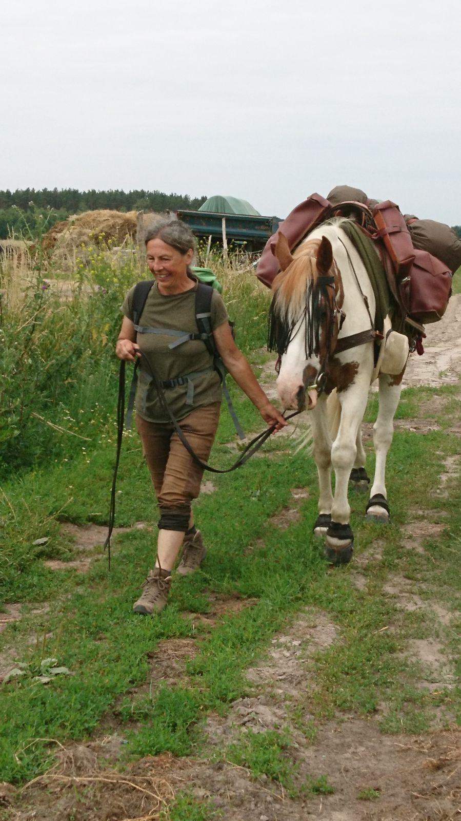 PÅ TUR: Greta Lackner (60) og hesten Bento (19) var ute på tur i 116 dager.