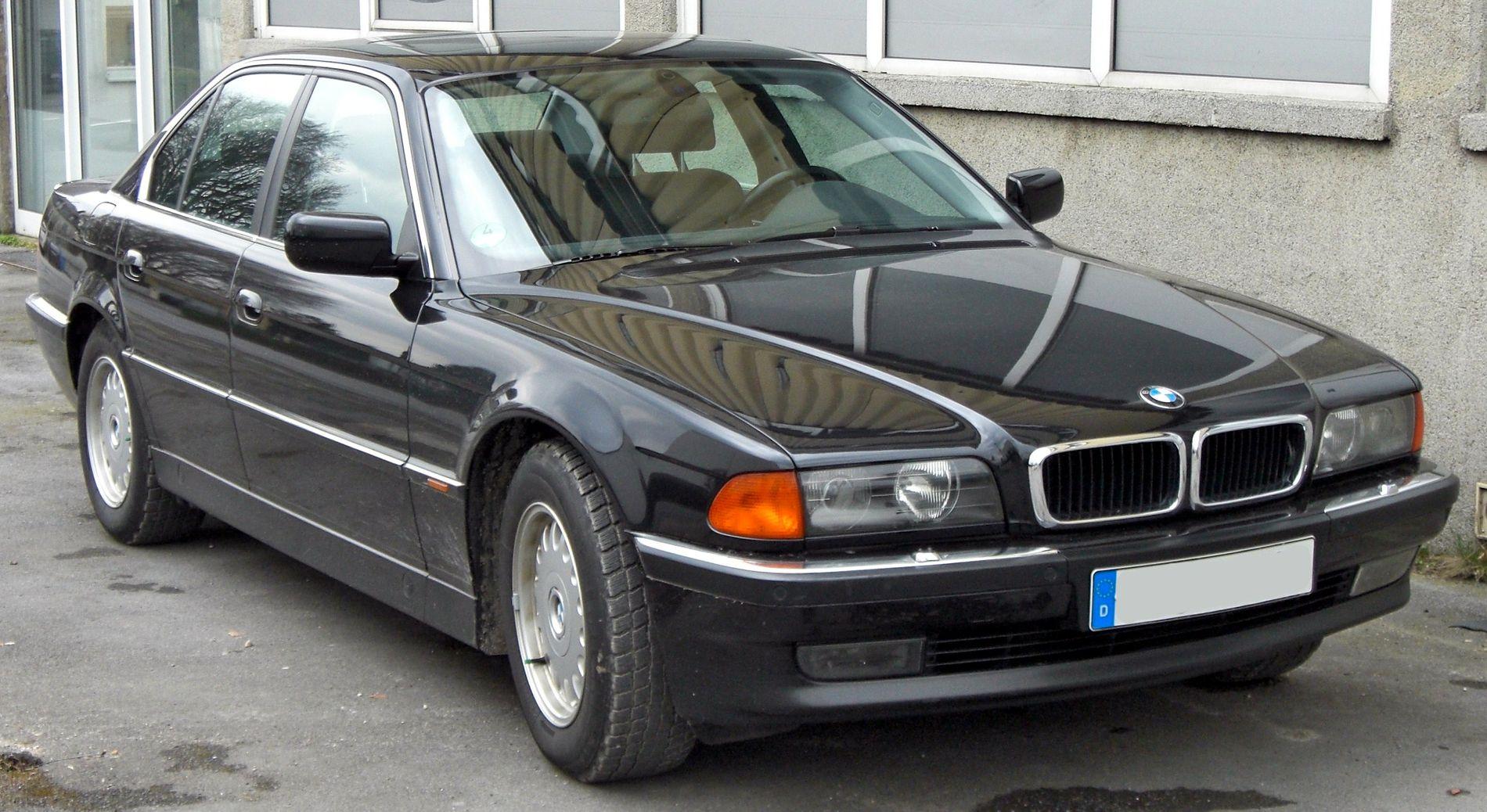 MYE GUFFE, INGEN AVGIFT: Den nye regjeringen vil fjerne engangsavgiften på bruktbimporterte biler eldre enn 20 år. Det betyr at blant annet store luksusbiler fra nittitallet blir vesentlig rimeligere å importere, dette er biler som også har høyt forbruk og utslipp. På bildet er tredje generasjon BMW 7-serie, som ble produsert fra 1994 til 2001.