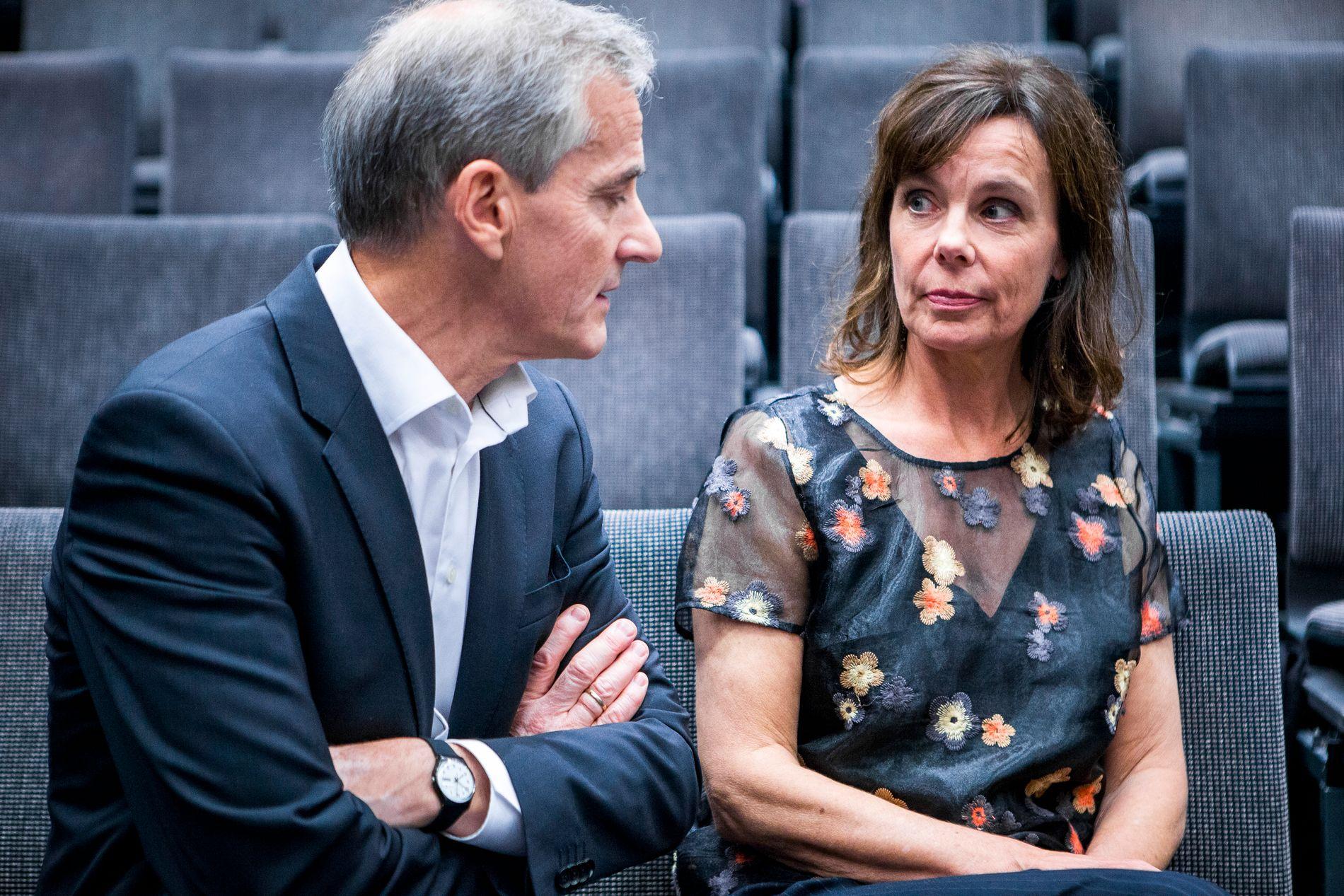 LYS OG MØRKE: Arbeiderpartiets statsministerkandidat Jonas Gahr Støre og kona Marit Slagsvold, her fotografert i et innspillingsstudio i Stockholm onsdag kveld etter opptak til NRK-programmet «Skavlan».