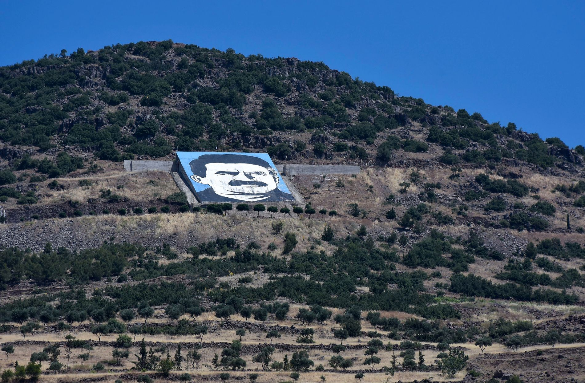 TYRKIAS FIENDE: På åskammen i grensebyen Afrin er et portrett av PKK-lederen Abdullah Öcalan, som siden 1999 har sittet fengslet på en øy i den tyrkiske Marmarasjøen.
