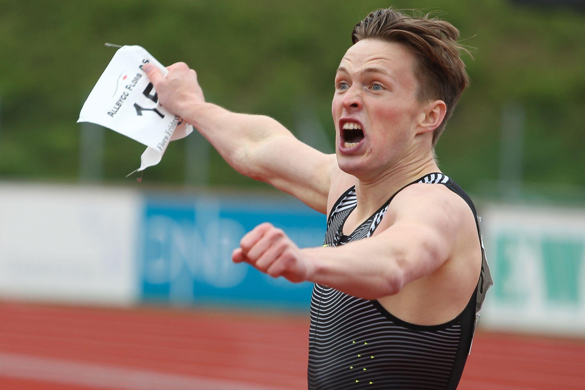 VISTE MUSKLER: Karsten Warholm startet sesongen med et smell i Florø lørdag.