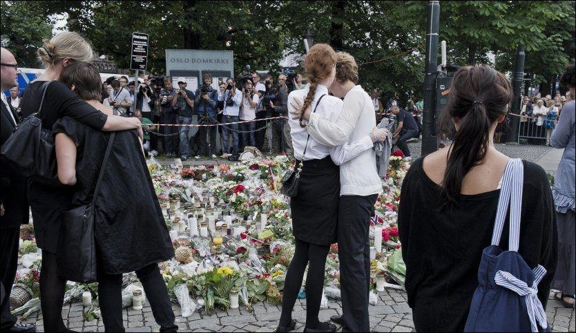 STÅR SAMLET: Mange samlet seg på plassen utenfor overfylte Oslo Domkirke under en minnegudstjeneste søndag formiddag. Foto: Scanpix