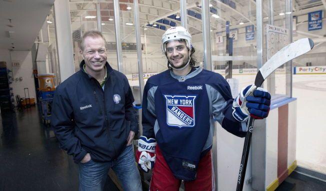 HÅPER PÅ ZUCCA: Roy Johansen, her på besøk hos Mats Zuccarello i New York i fjor, vil naturlig nok ha med stjernen når Norge spiller VM i Tsjekkia i mai.