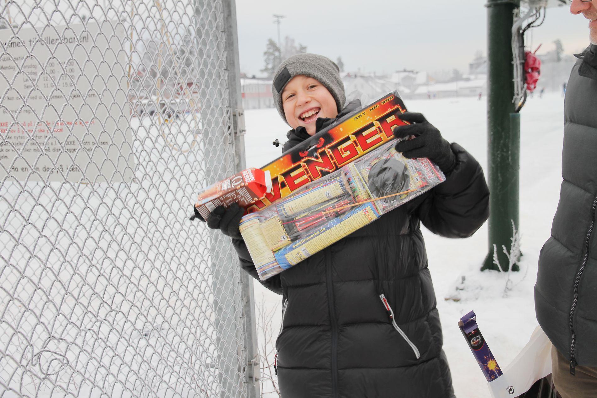GIRA FØR MANDAG: Benjamin Aasen (12) gleder seg til å fyre opp fyrverkeriet de har kjøpt.