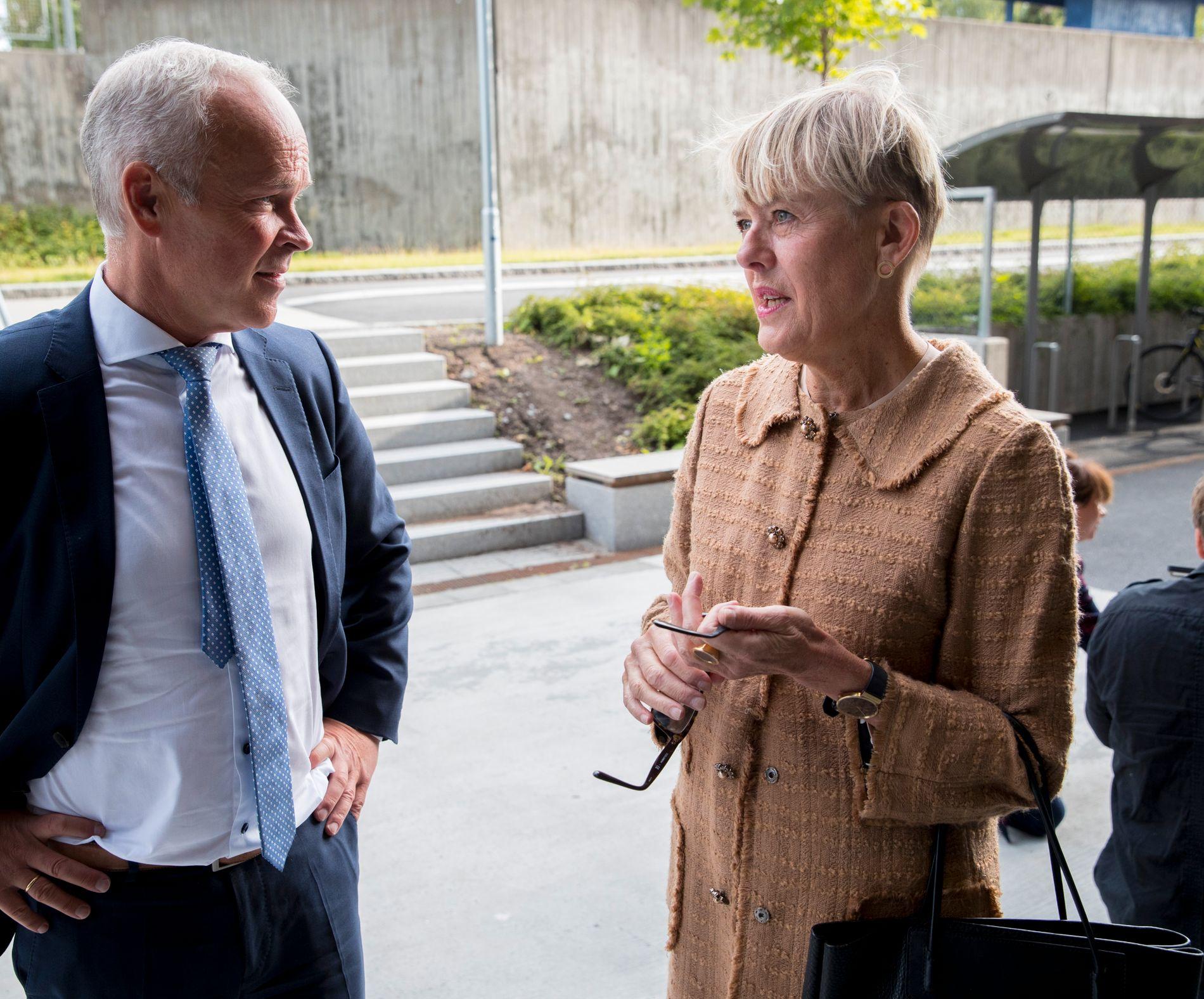 SKOLESTART: Utdanningsdirektør Astrid Søgnen i Oslo møtte opp på Brynseng skole ved skolestart i høst - sammen med kunnskapsminister Jan Tore Sanner.
