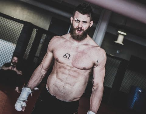«SÆDCELLE»: MMA-utøver Emil Meek forteller at det ikke går én dag uten at han blir spurt om han har tatovert en sædcelle på brystkassen.