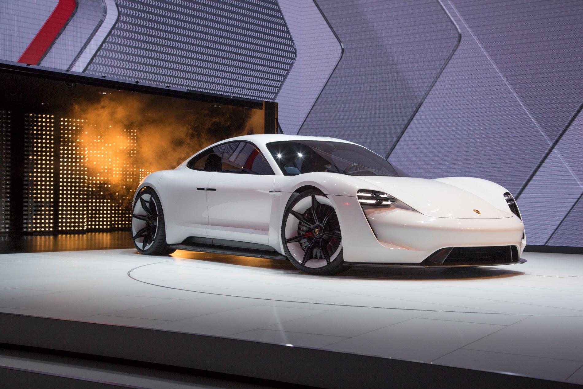 ENDELIG DØPT: Porsche Mission E vil hete Taycan når den ruller ut av produksjonslokalene om ett års tid.