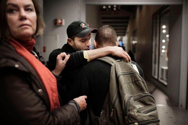 KLAR TIL AVREISE: Syrerne Sef Shhadah (26) (t.v.) og Basher (22) kom til Norge for å søke asyl. Nå har de ombestemt seg. Mona Bentzen, initiativtaker til «Refugees Welcome to Norway» forsøker å overtale dem til å bli.