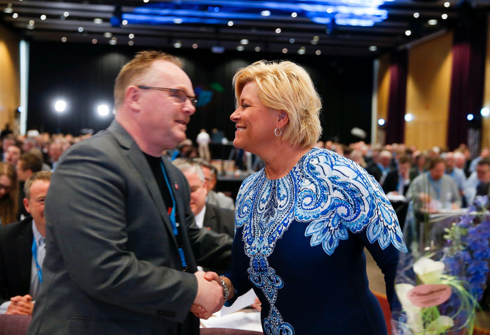 ENIGE: Nestleder Per Sandberg gratulerer partileder Siv Jensen på landsmøtet i april. Nå er partiet enig om et nei til EU.