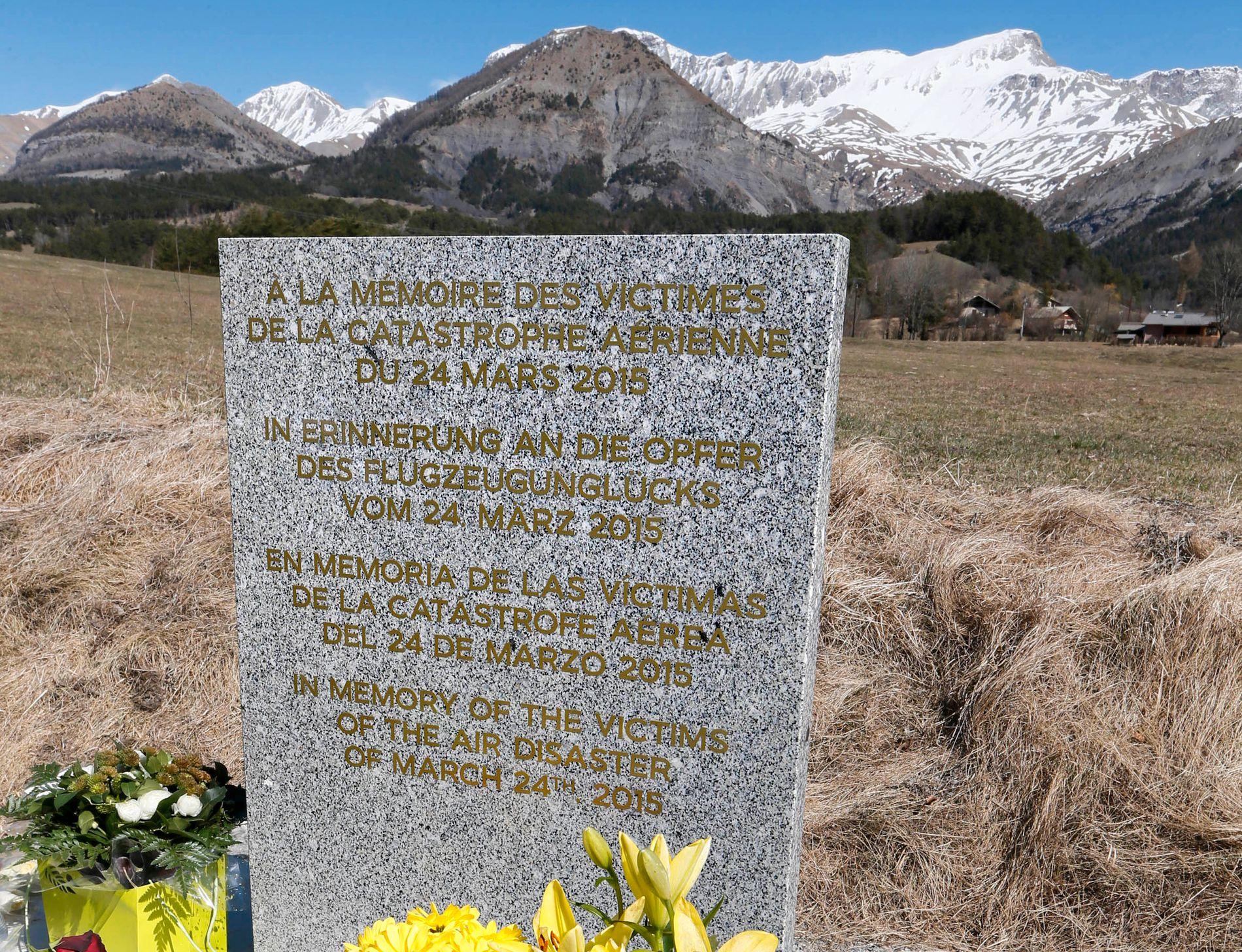 MINNESMERKET: I de franske Alpene står minneplaten for de 150 flystyrt-ofrenes navn. FOTO: REUTERS