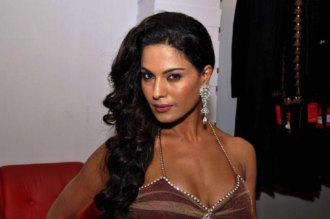 DØMT: Den pakistanske Bollywood-stjernen Veena Malik viser frem klær fra den siste kolleksjonen til klesdesigner Riyaz Gangji i Mumbai på dette bildet fra 2011. Nå er 30-åringen dømt til fengsel for blasfemi.