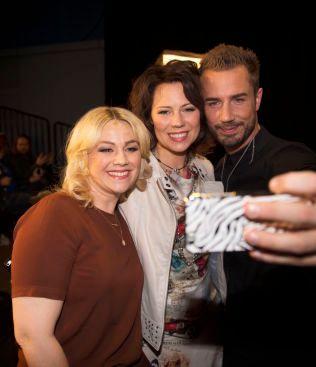 GODE VENNER: Tommy Fredvang tar selfie med konkurrentene Trine Rein (i midten) og Maria Haukaas Mittet .