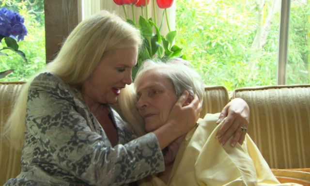 NÆRT FORHOLD: Den svenske Hollywood-fruen Gunilla Persson er svært glad i sin demente mor, og er bekymret for Iris nå som hun er opptatt med «Farmen kjendis» i Norge.