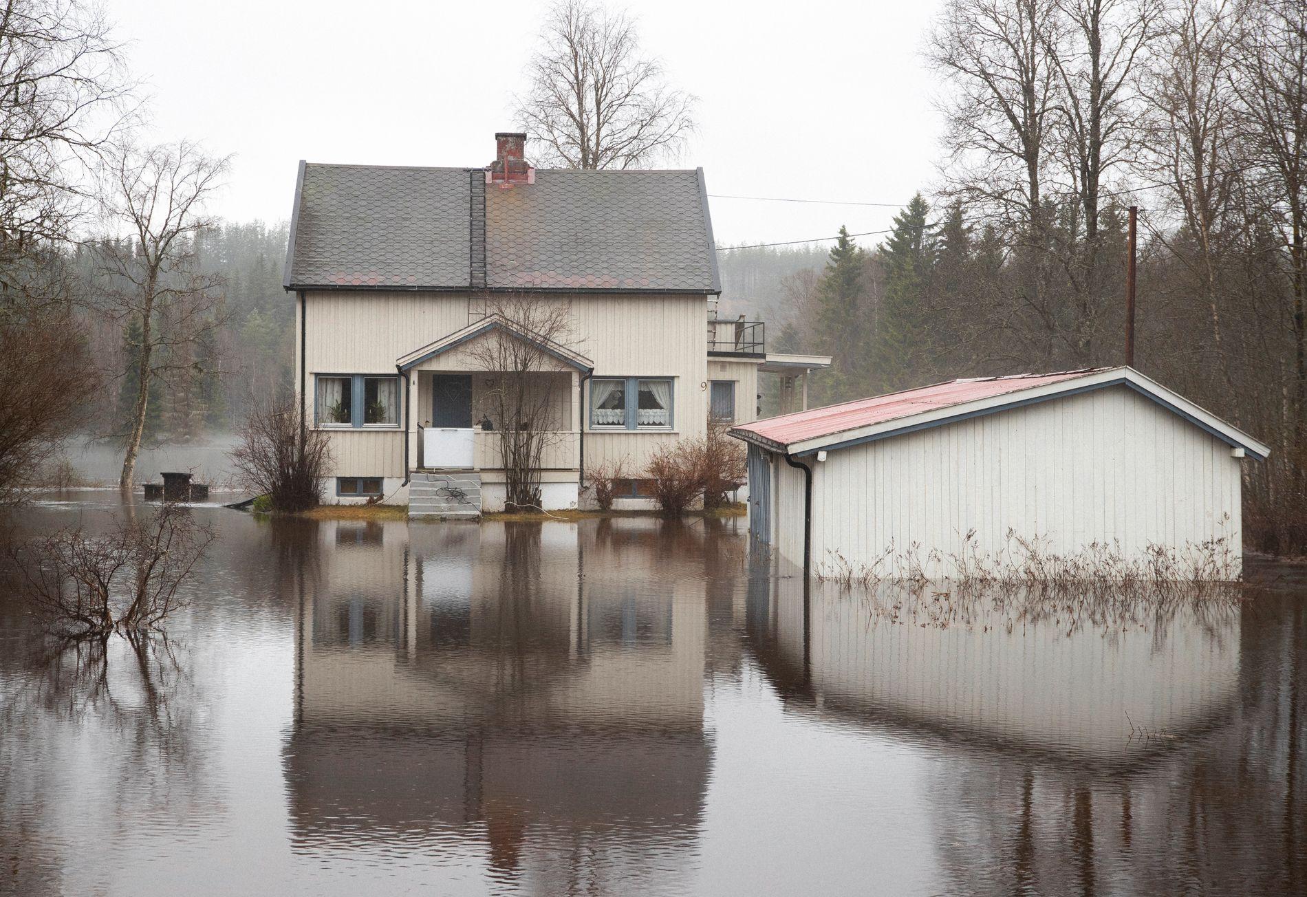OMRINGET AV VANN: Huset til Thor Lindseth i Nybergsund er omringet av vann.