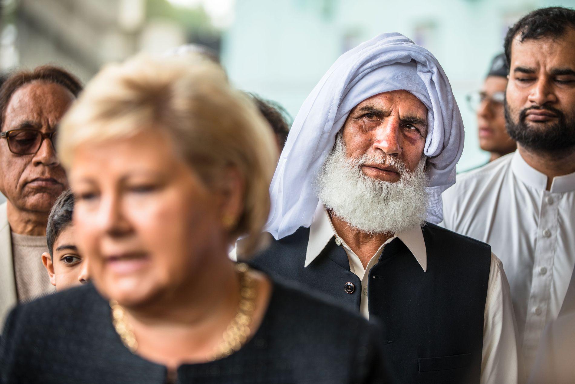 HYLLES: Mannen med hvitt hodeplagg – Mohammed Rafiq –  stoppet den siktede mannen i 20-årene.