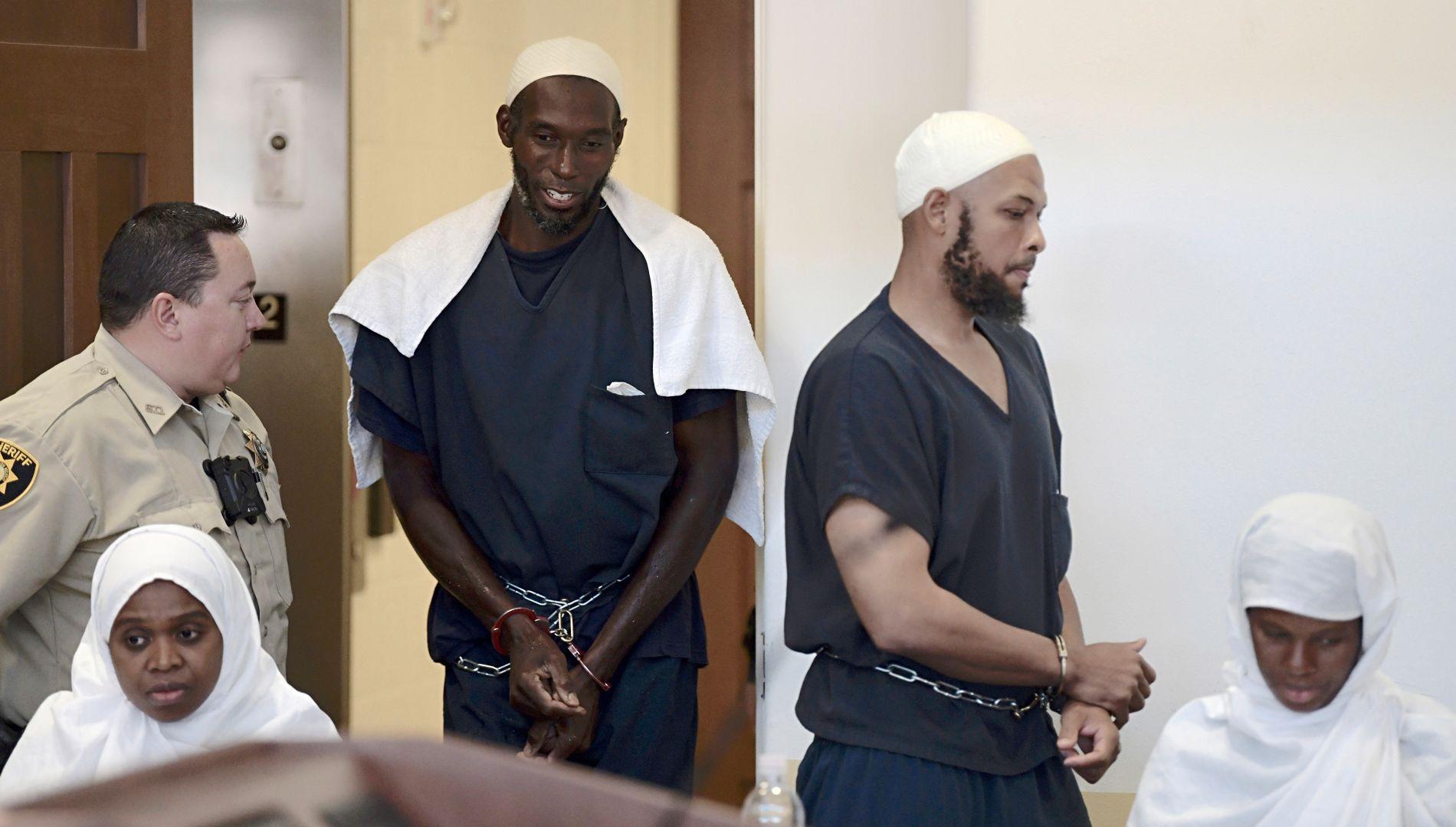 VAR MISTENKT: Fra venstre: Jany Leveille, Lucas Morton, Siraj Wahhaj og Subbannah Wahhaj i retten 13. august. Nå er barnemishandling-anklagene mot Morton og  Subbannah Wahhaj  avvist.