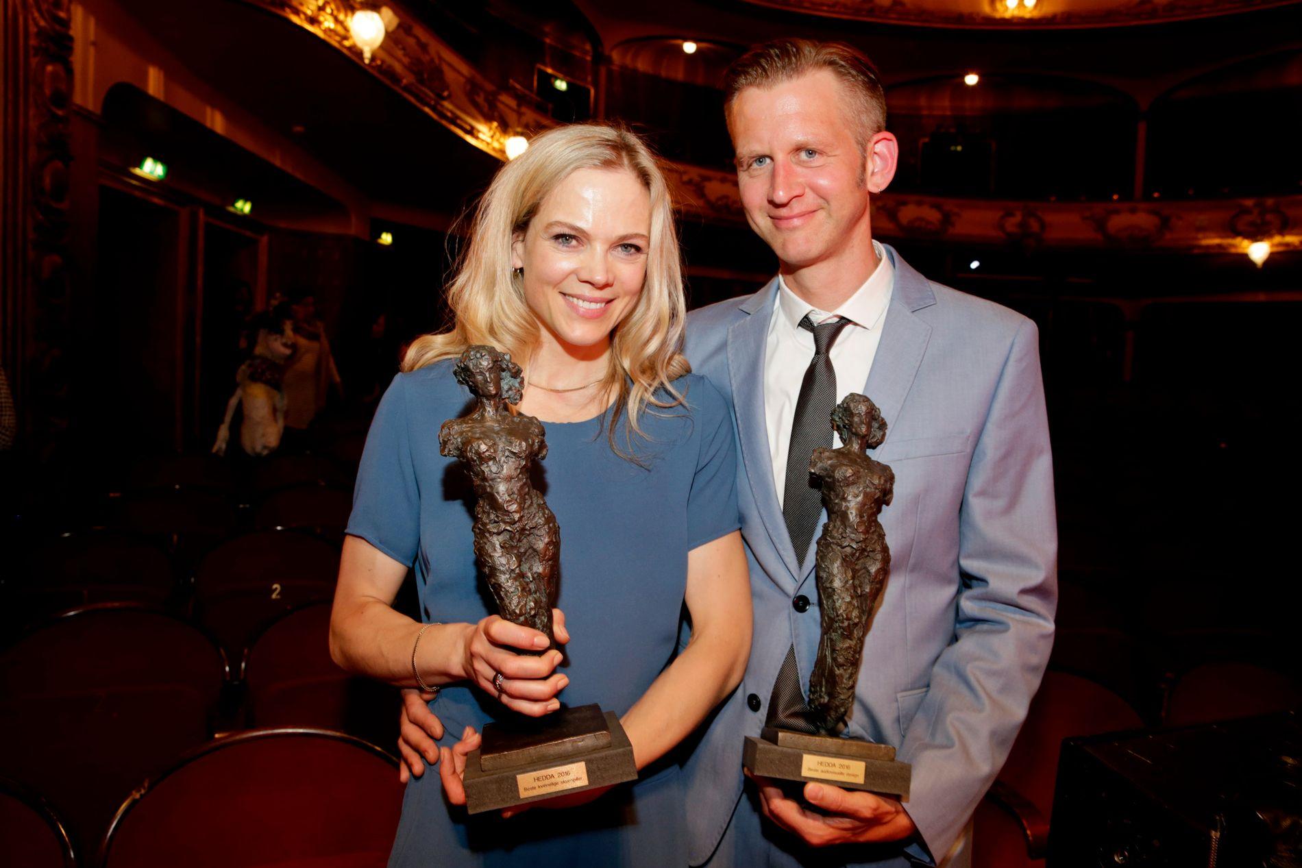 HVER SIN PRIS: Ane Dahl Torp med Heddaprisen 2016 i kategorien «Beste kvinnelige skuespiller» og ektemannen Sjur Miljeteig med prisen i kategorien «Beste audiovisuell design» etter prisutdelingen på Nationaltheatret i Oslo søndag.