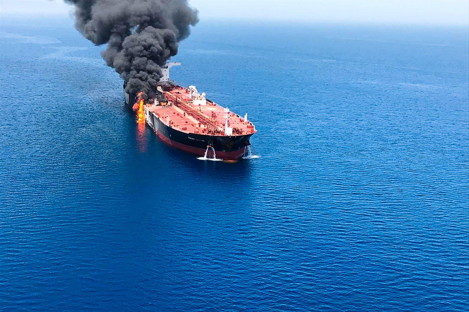 Oljetankeren Front Altair, som er eid av John Fredriksens rederi Frontline, i brann etter eksplosjoner utenfor kysten av Iran torsdag.