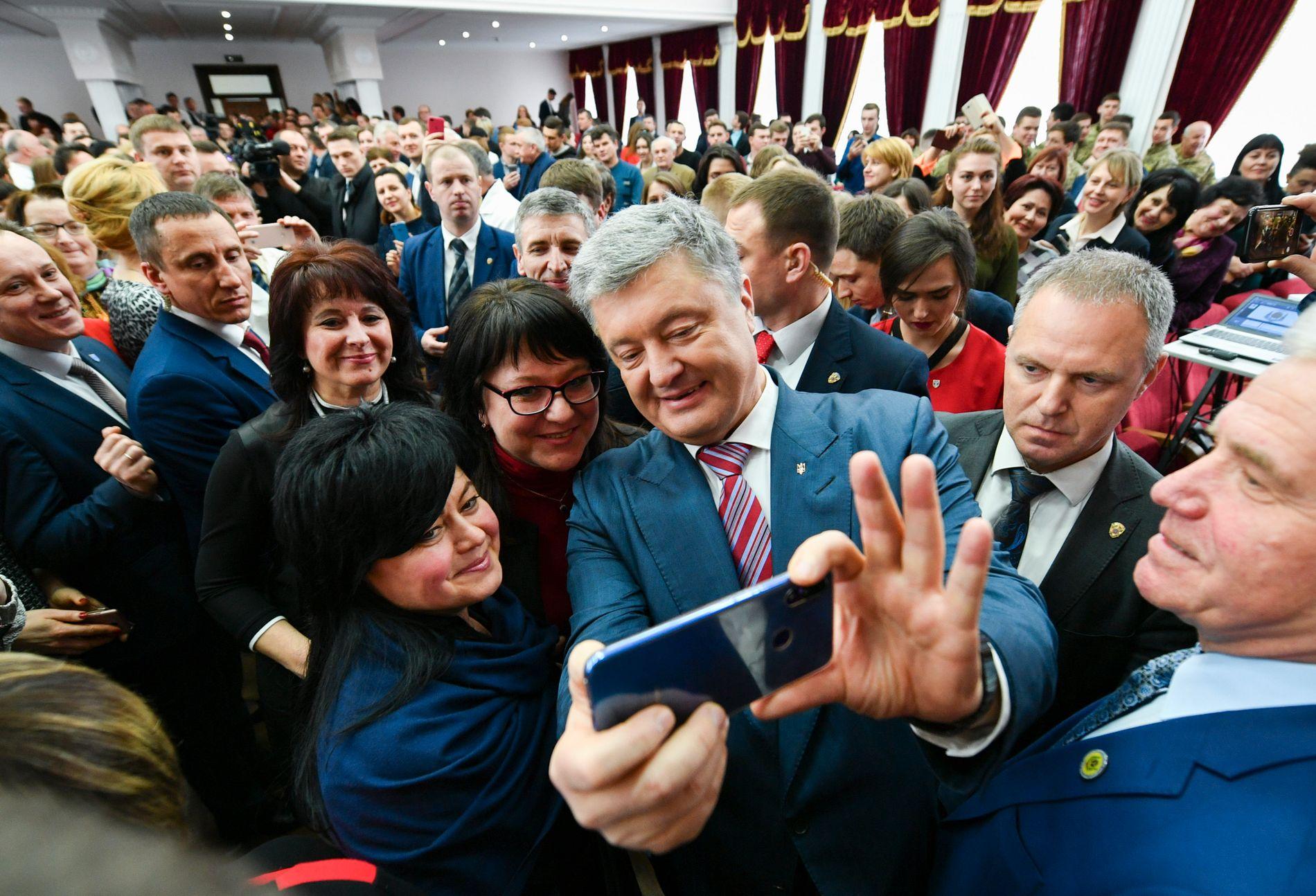 PRESIDENT: Petro Porosjenko har aldri greid å få bukt med den omfattende korrupsjonen i Ukraina. Nå vil han gjøre et nytt forsøk. Her har han det moro med studenter ved universitetet i Kiev i håp å kapre noen ekstra stemmer som kan bidra til å få ham gjenvalgt som Ukrainas president.
