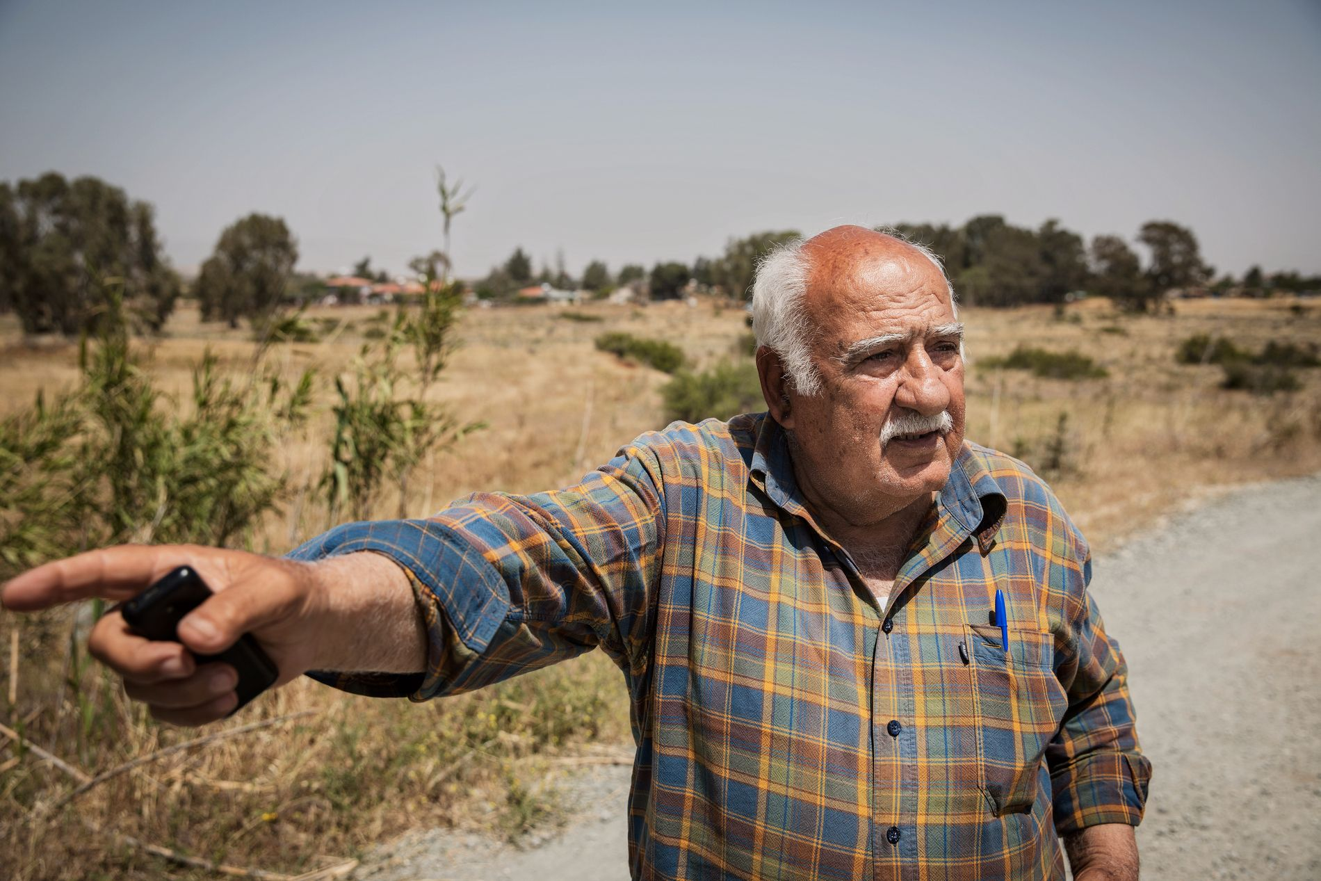 PEKER MOT NORD-KYPROS: Den pensjonerte politisjefen Andreas Christoforides (73), forklarer VG hvor enkelt det er å krysse over til den tyrkiske delen av Kypros, utenom de lovlige grensepostene.
