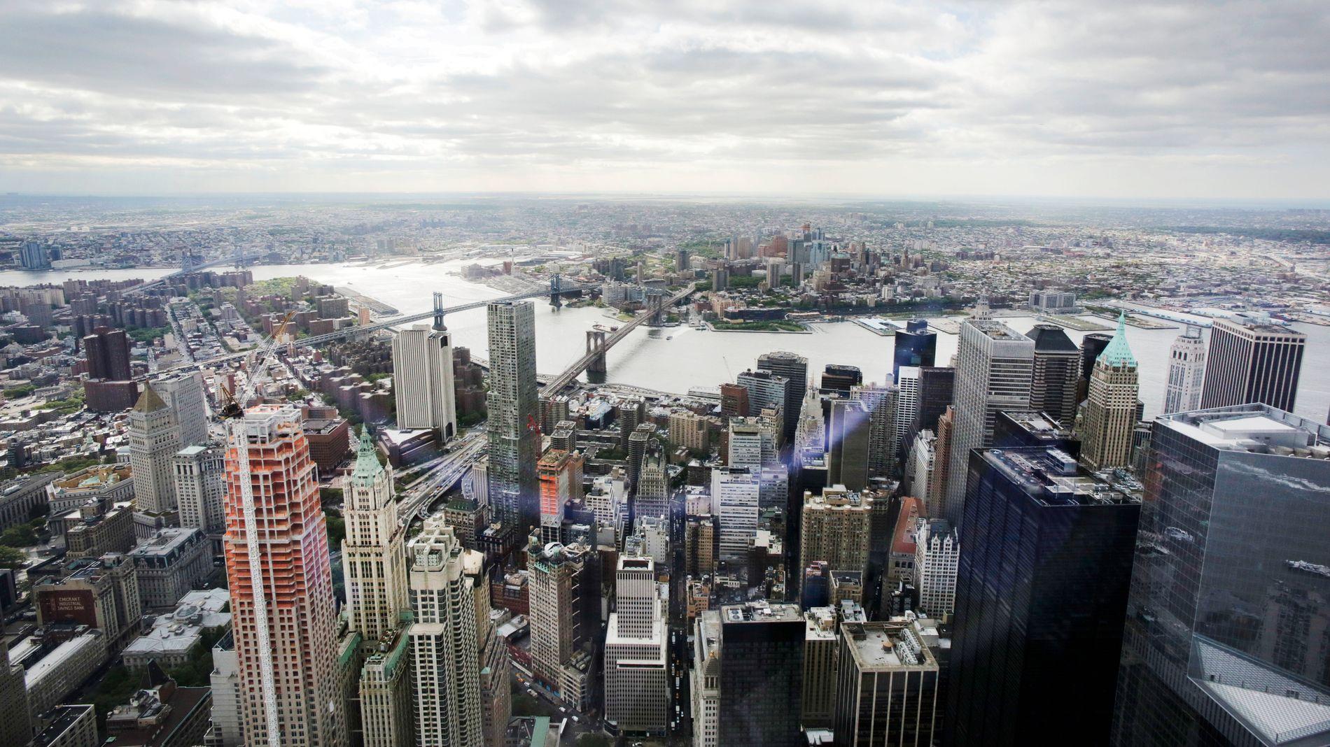 NEW YORK: Norwegian har tatt over tronen som største europeiske flyselskap i New York. Men selskapet setter ikke pris på at avgiften på langdistanseruter fra Norge øker. Bildet er tatt fra observatoriet i One World Trade Center. Det viser storbyens finansdistrikt på Manhatten i forgrunnen med bydelen Brooklyn i bakgrunnen.