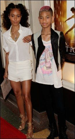 POSERTE: Popaktuelle Willow Smith tar med mamma på turné om kort tid. Foto: WENN