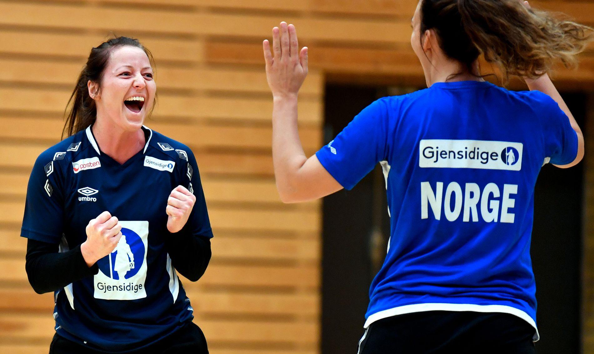 FINALEKLARE: Silje Solberg og Marta Tomac hadde det tydelig morsomt på den siste treningen før EM-finalen.