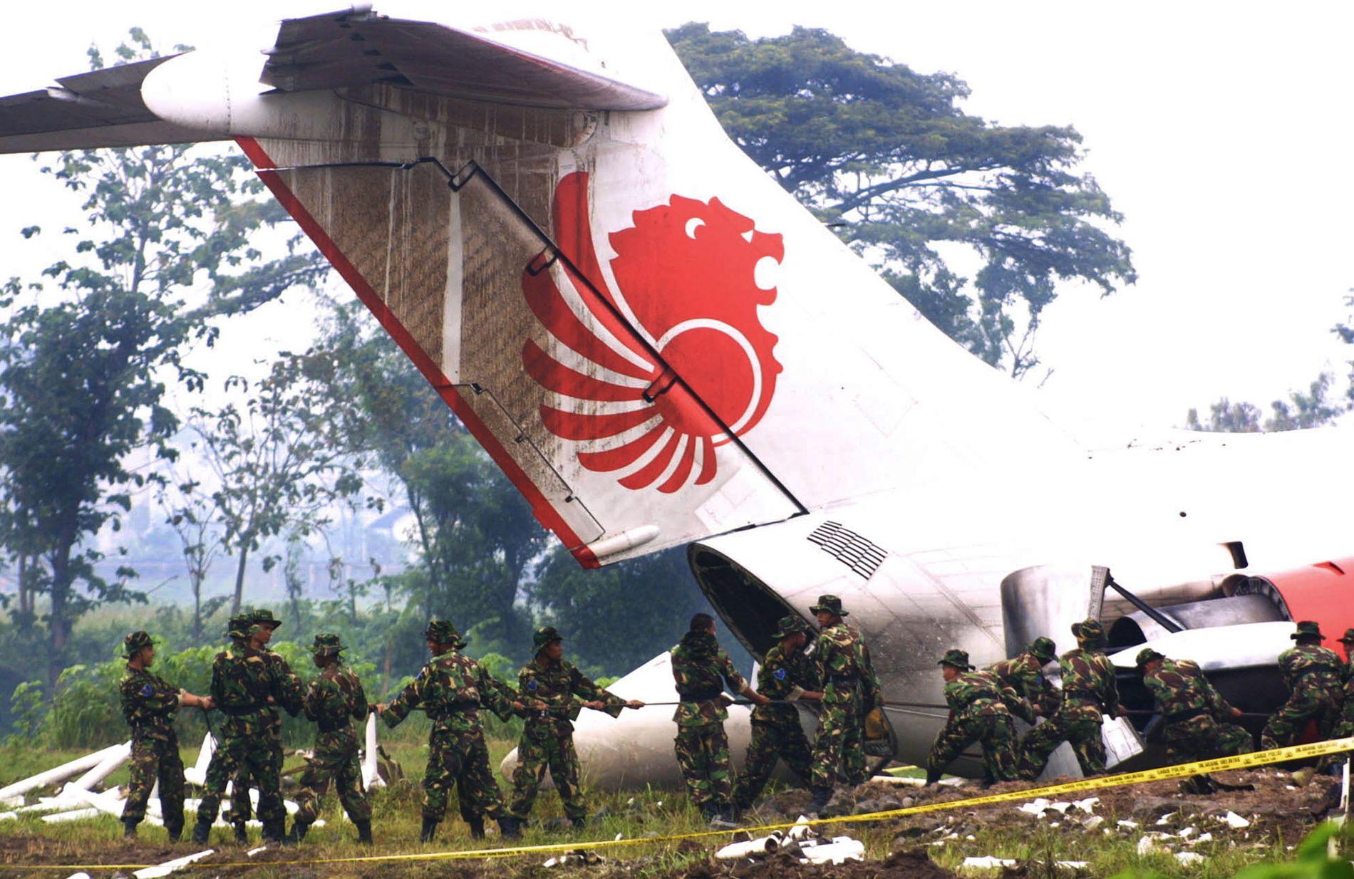 REDNINGSOPERASJON: Soldater deltok på redningsoperasjonen da et Lion Air-fly i desember 2004 krasjet gjennom et gjerde ved enden av rullebanen på Java og endte opp på en kirkegård. Minst 26 mennesker mistet livet i den ulykken.