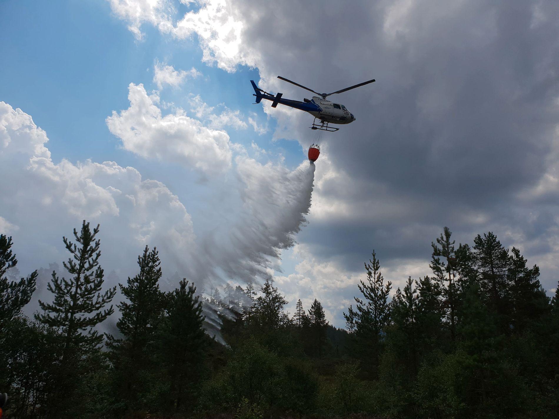 SLUKKER: Fjellfly-helikoptre har blitt brukt i slukking og transportering av mannskap.