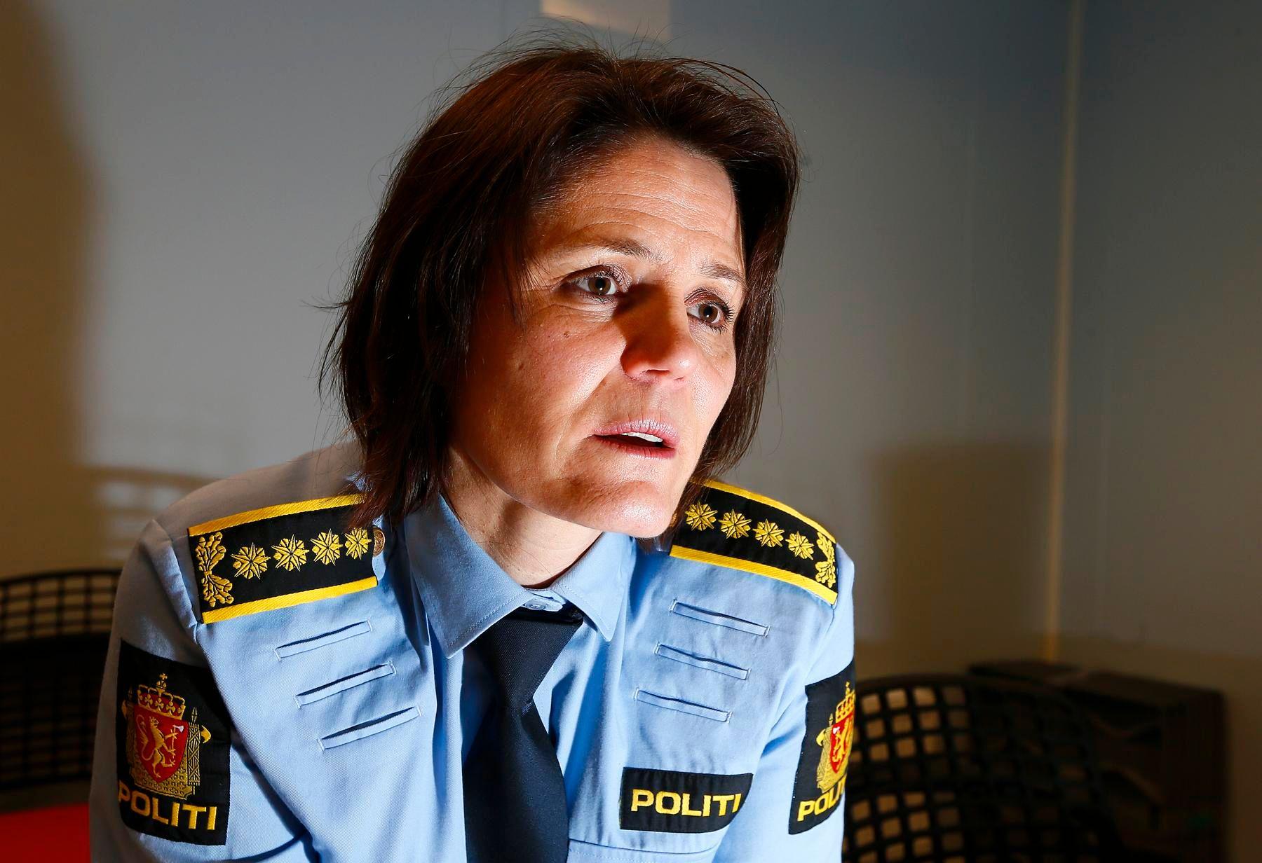SVARER: Stasjonssjef Anita Hermandsen på Tromsø politistasjon forteller at alle saker der en person sitter varetektsfengslet, får høy prioritet hos politiet.