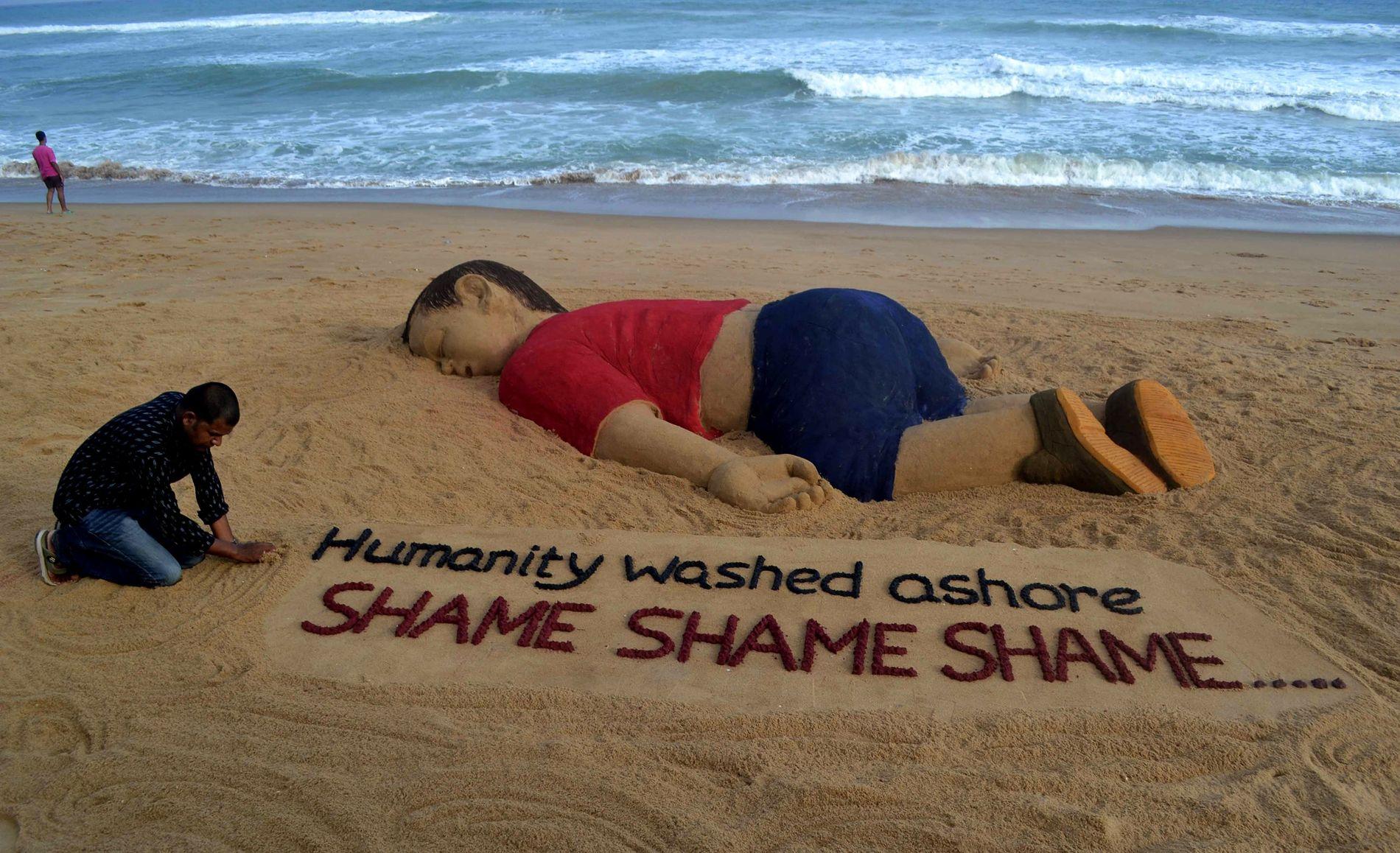 IKONISK: En indisk strandkunstner har formidlet det mange følte etter at den døde kroppen til Aylan Kurdi ble skyllet opp på en tyrkisk strand i 2015.