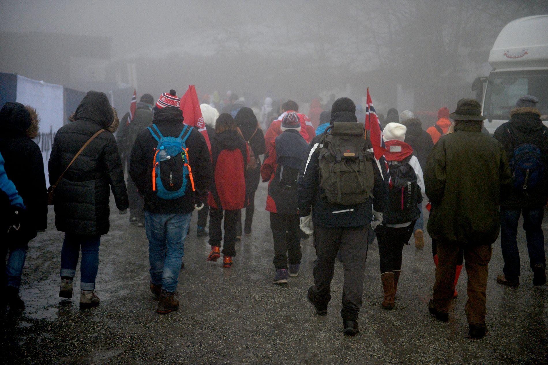 FOLKEFEST PÅ GODT OG VONDT:  Holmenkollen skifestival slet i vinter med både avlysninger pga tåke og etterfester som gikk over styr. Her er publikum tidlig på vei hjem da hopprennet ble avlyst.