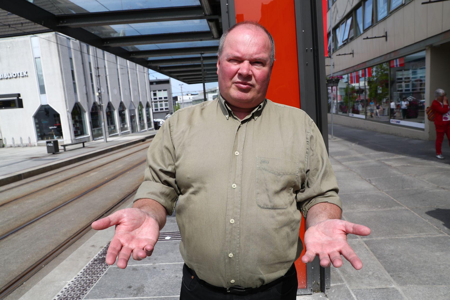 IKKE RÅD: Trym Aafløy foran bybanestoppet på Nesttun. Han sier Bergen ikke har råd til å bygge ut banen nå.