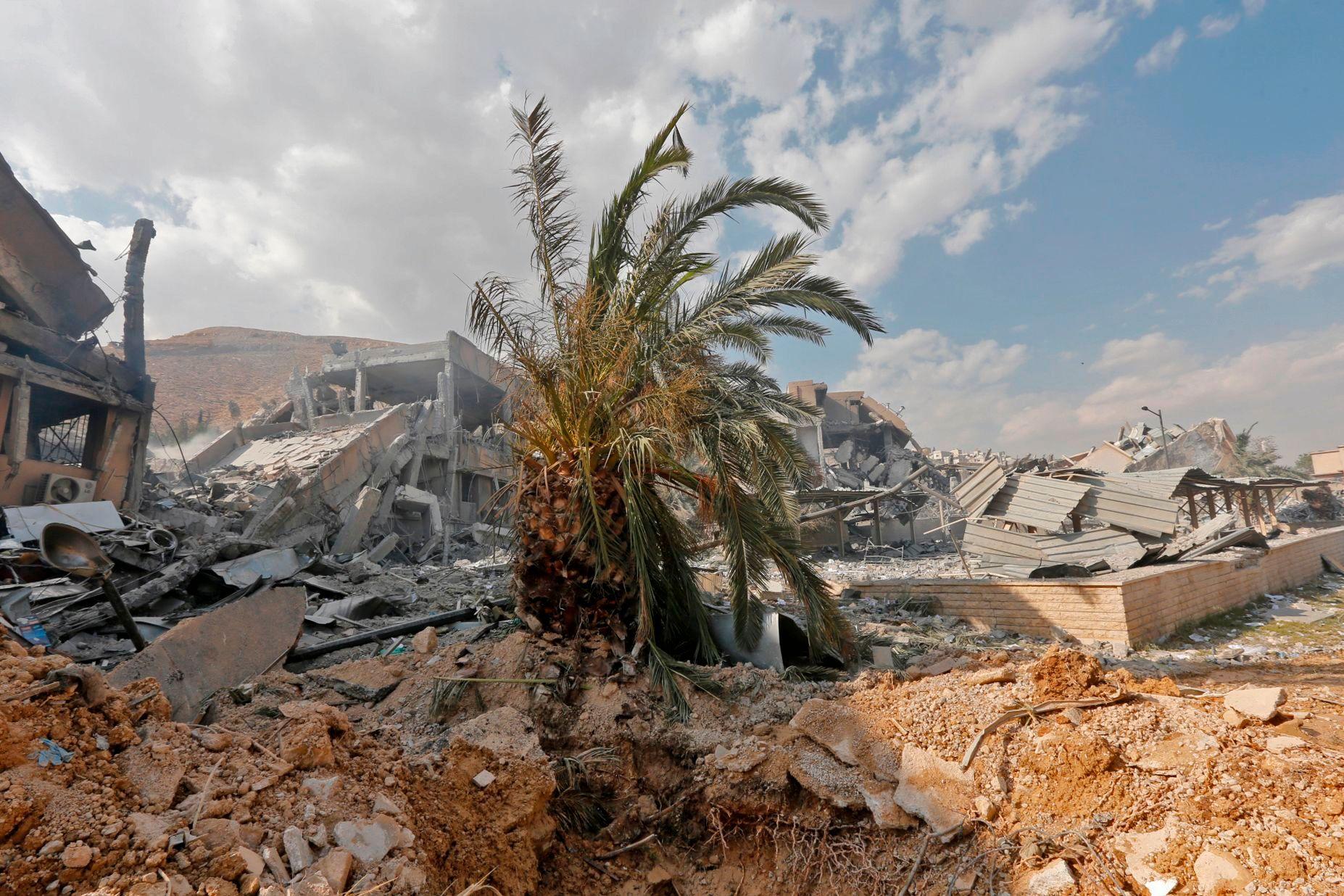 RUINER: Dette bygget huset tidligere en av avdelingene til Syrian Scientific Studies and Research Center. Dette bildet er tatt 14. april, på en pressetur arrangert av syriske myndigheter. USA, Storbritannia og Frankrikes luftangrep i april kom etter kjemiske angrep fra den syriske presidenten Bashar al-Assads regime.