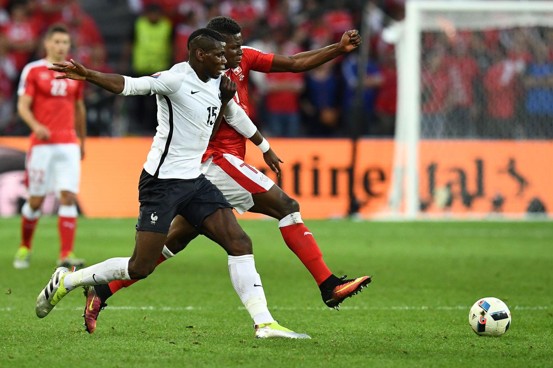 TØFFE TAK: Frankrikes Paul Pogba og Sveits-spissen Embolo i duell søndag kveld.