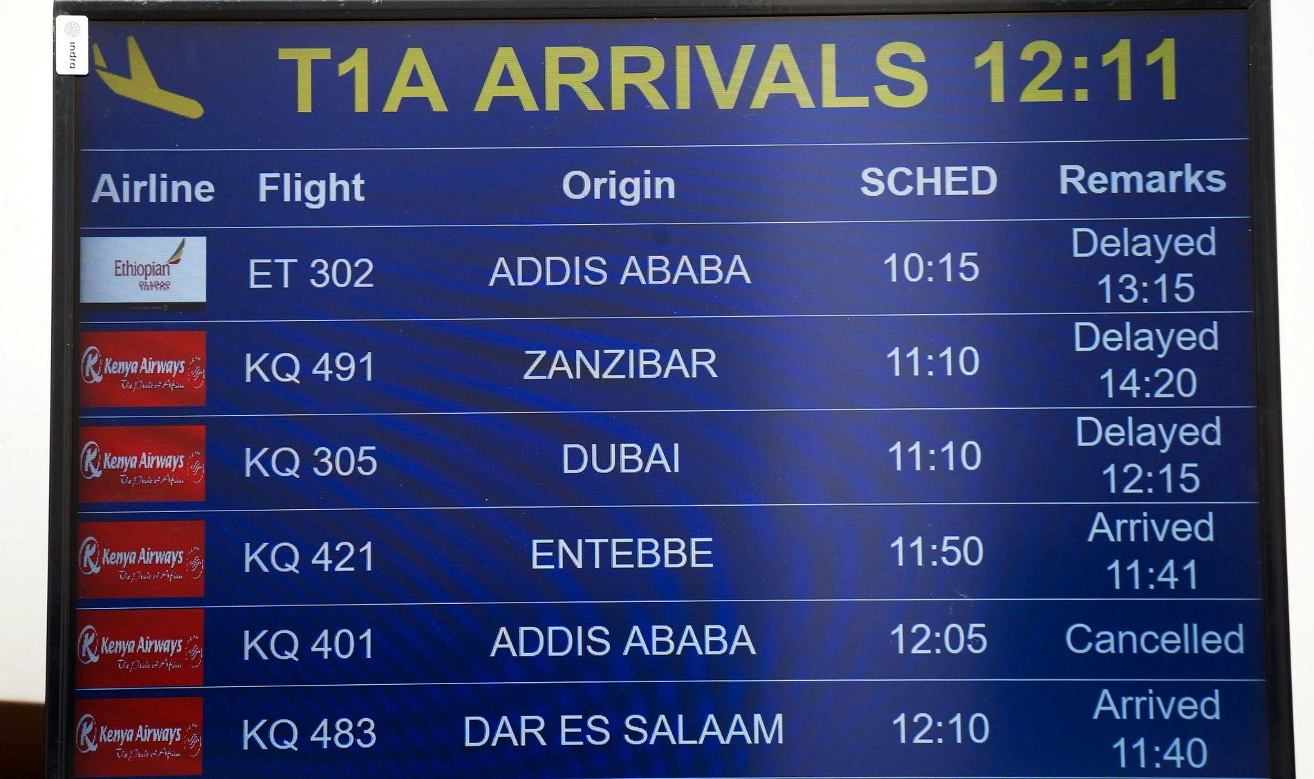 SAVNET: Flyet med totalt 157 personer om bord skal ha styrtet kort tid etter avgang. Her viser ankomsttavlen «delayed» for flyet på Jomo Kenyatta flyplassen i Nairobi søndag.