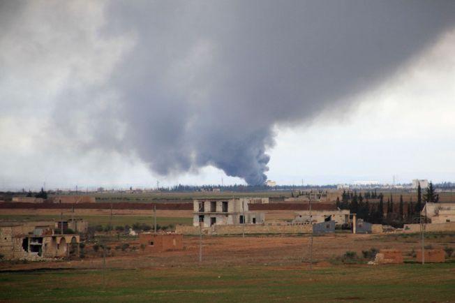 IKKE MER: En røysky vokser etter et russisk flyangrep i Hatabat al-Bab-området i Syria 24. januar. Bombingen i landet skal nå ta slutt, etter en enighet mellom Russland og USA.