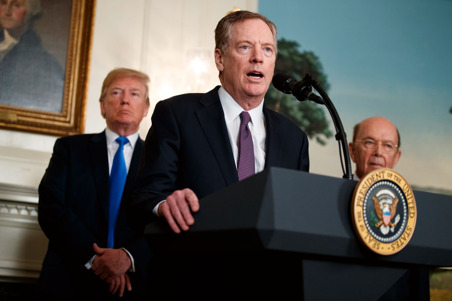 MER TOLL TIL KINA: Talsperson for US Trade Representatives (USTR), her flankert av Donald Trump og handelsminister Wilbur Ross 22. mars.