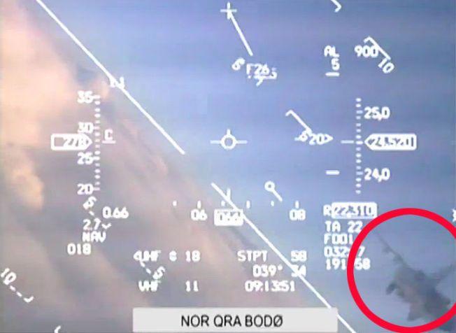 20 METER: Her stryker det russiske MIG 31-flyet forbi den norske F-16-maskinen. - Nærmere enn 20 meter, sier skvadronsjef Gøran Hoel ved 331-skvadronen til VG.
